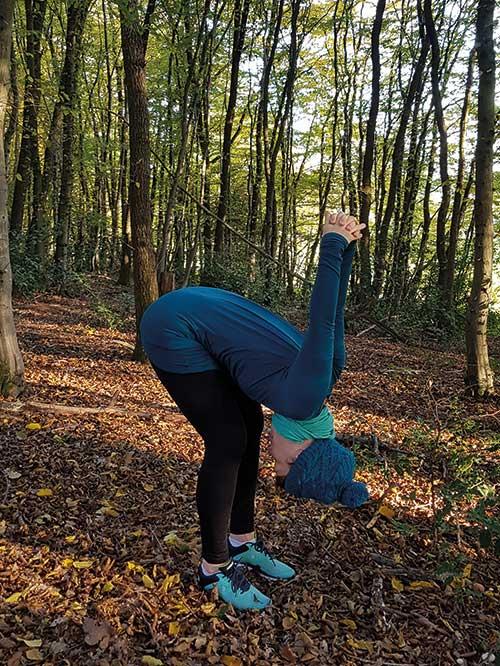 6. AUS: Klappe mit dem Oberkörper nach vorne Richtung Oberschenkel, die Hände ziehen nach oben
